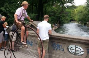 Blick von der Eisbachbrücke auf die Eisbach-Surfer im Englischen Garten in München