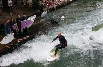 Eisbach-Surfer an der Eisbachwelle München