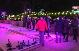 Weihnachtsmarkt Chinesischer Turm im Englischen Garten in München - Eisstockschießen in toller Atmosphäre