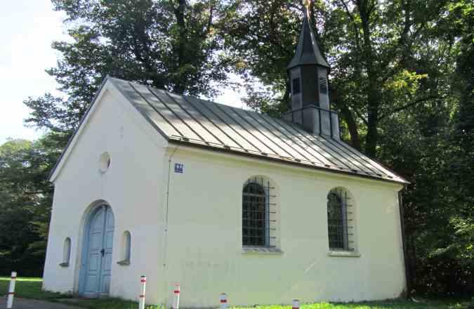 Blick auf die Kapelle direkt neben der St. Emmeramsmühle am Englischen Garten München