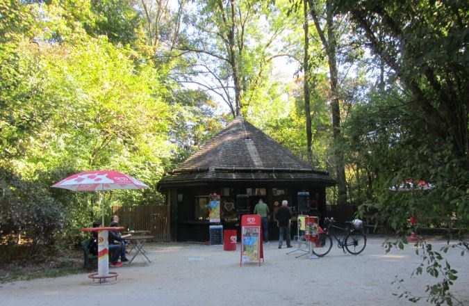 Kiosk am Seeeinlauf nähe Seehaus München und Kleinhesseloher See