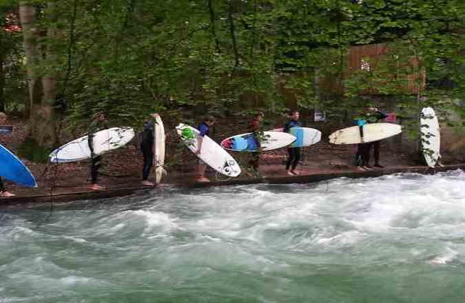 Blick auf die jungen Eisbach-Surfer an der kleinen Eisbachwelle im Englischen Garten München