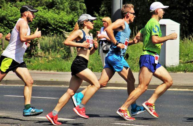 Schnelle Läuferinnen und Läufer beim München Marathon durch den Englischen Garten München