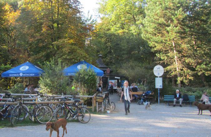 Hundebesitzerin im Minihofbräuhaus im Englischen Garten in München