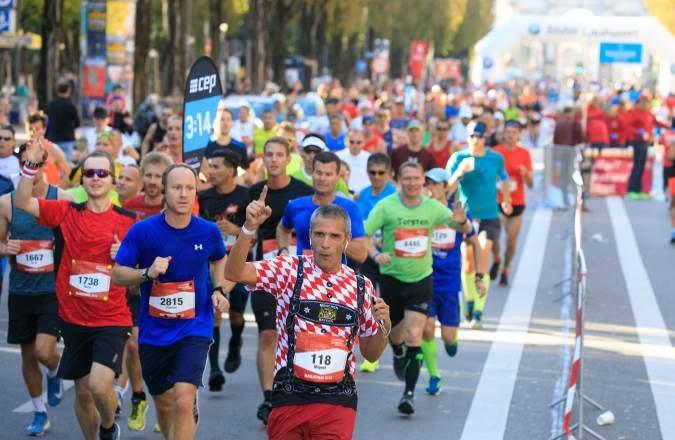 Läuferinnen und Läufer beim München Marathon kurz vor der Abbiegung in den Englischen Garten München