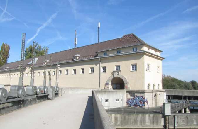 Das Stauwehr Oberföhring im Englischen Garten in München mit seinen markanten Schleusen
