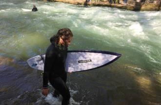 Eisbachwelle München mit Eisbach-Surfer
