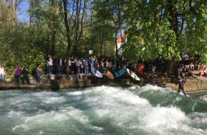 Touristen an der Eisbachwelle am Englischen Garten München