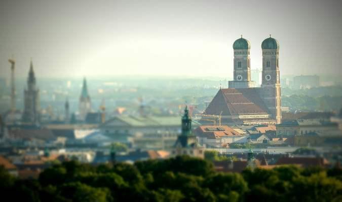 Blick vom Englischen Garten München auf die Frauenkirche