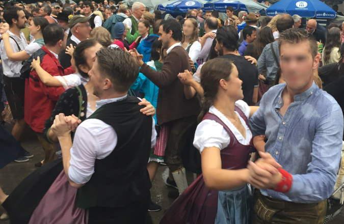 Tanz am Chinesischen Turm beim Kocherlball München