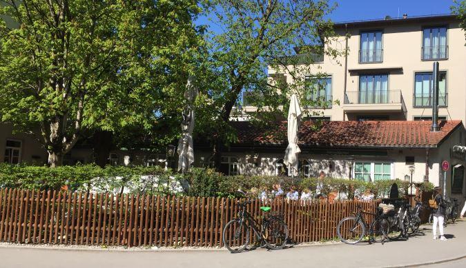 Blick auf den Biergarten den Osterwaldgarten München