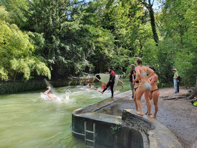 Sommer in der Stadt - Abkühlung im Eisbach